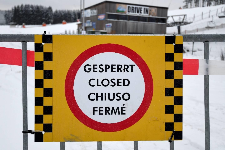 Une barrière bloque une piste de ski fermée à Winterberg, dans l'ouest de l'Allemagne, le 10 janvier 2021, dans le contexte de la pandémie.