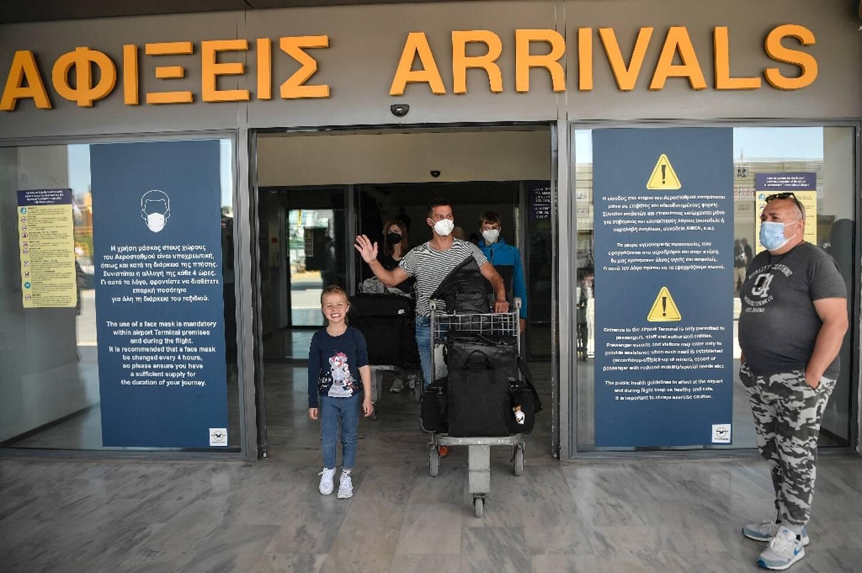 Un touriste quitte l'aéroport international de Heraklion sur l'île de Crète le 14 mai 2021