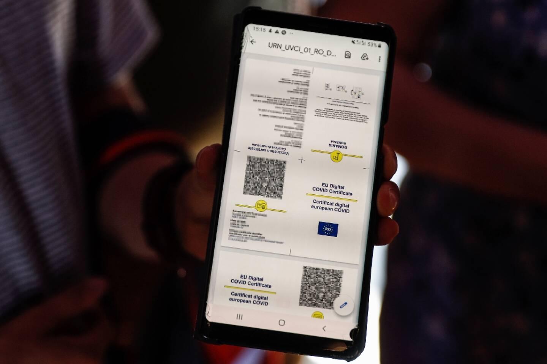 Un homme montre son passe sanitaire sur son téléphone portable le 22 juillet 2021