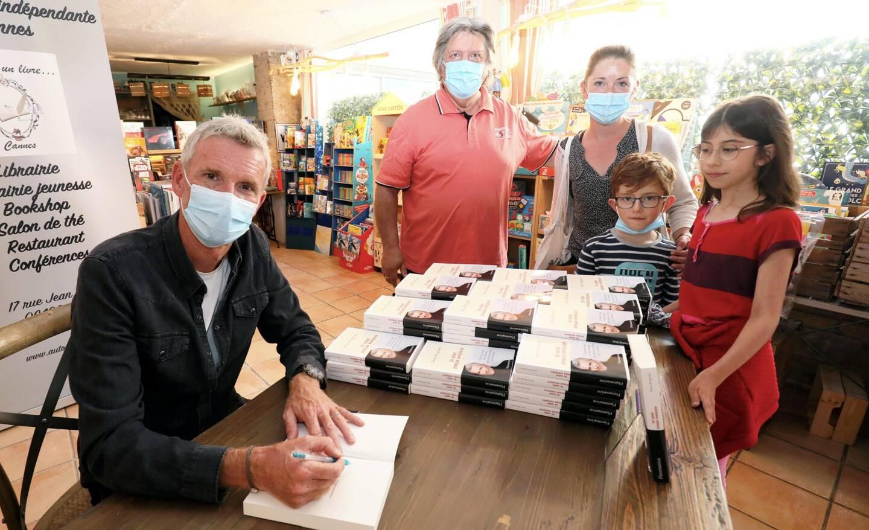 Deux heures durant, l'animateur de TF1 a signé son livre Un soldat presque exemplaire, au sein de la librairie Autour d'un Livre.