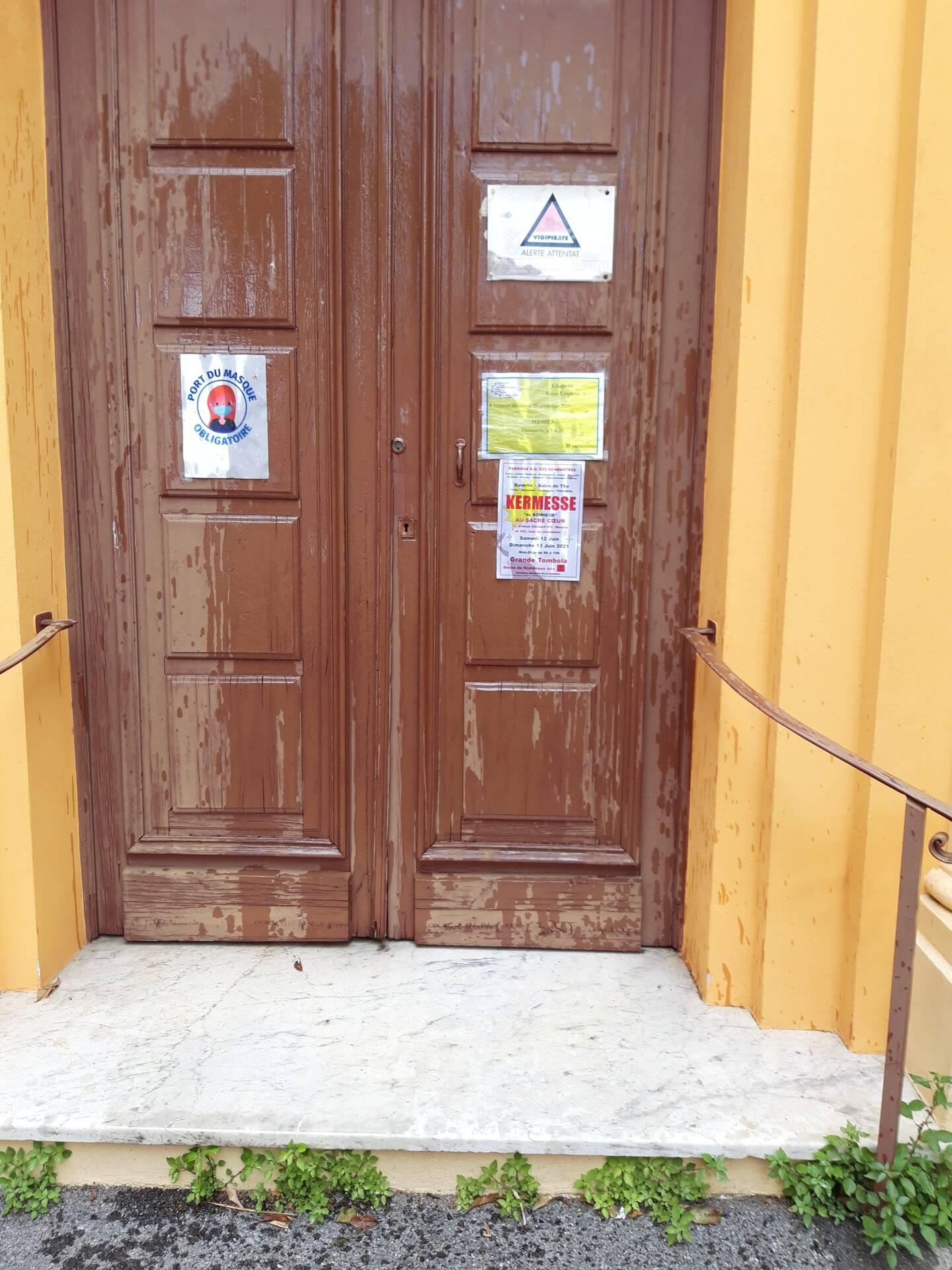 Les portes de la chapelle Saint-Laurent de Garavan, souillées d'huile