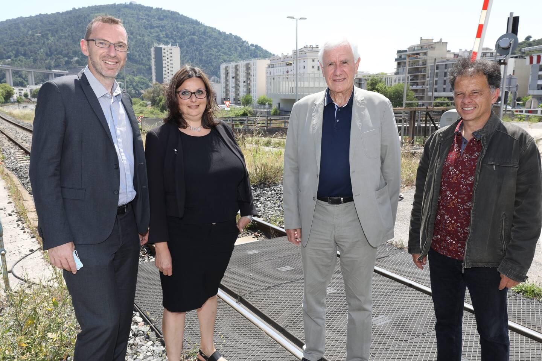 Les candidats devant l'un des points noirs de la circulation dans la vallée du Paillons, le pont nord de l'Ariane.