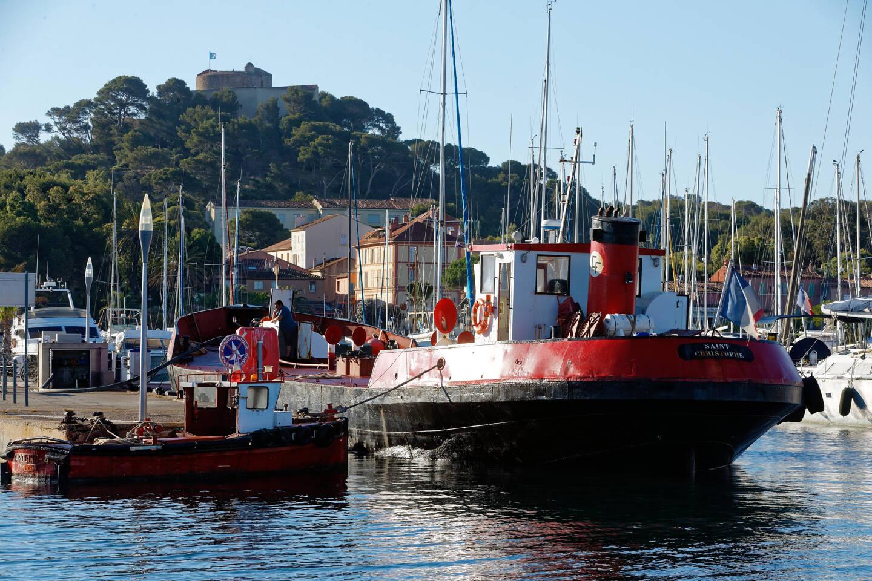 Le navire-citerne ravitaille deux fois par jour Porquerolles en eau potable.