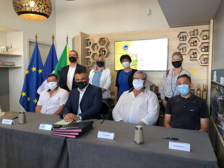 Les trois apiculteurs et le maire le jour de la signature.