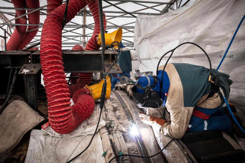 Grâce à l'expertise - notamment en soudure - du chantier cherbourgeois de Naval Group, spécialisé dans la construction des sous-marins depuis plus d'un siècle, le SNA Perle est en passe d'être réparé.