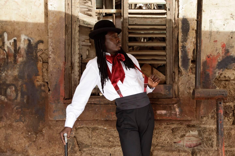 Faada Freddy, chapeau melon vissé sur la tête, nœud pap' et canne, est devenu un nom qui compte dans l'univers de la musique soul.