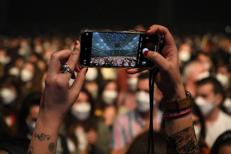 5.000 spectateurs masqués et testés assistent au concert du groupe de rock Love of Lesbian, le 27 mars 2021 à Barcelone