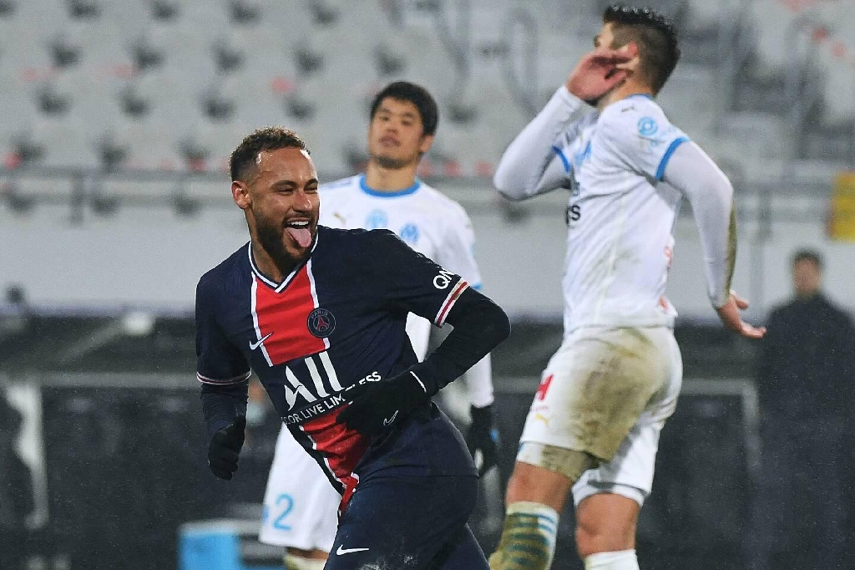 L'attaquant brésilien du Paris Saint-Germain, Neymar, célèbre son but marqué sur pénalty contre Marseille, lors du Trophée des Champions, le 13 janvier 2021 à Lens