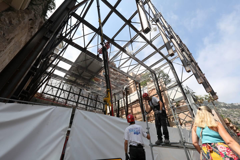 L'abri en acier, bientôt doté de panneaux en polycarbonate, servira à limiter les nuisances sonores et les projections de poussières. Il fait partie du dispositif Upbrella qui permet de commencer le bâtiment par le toit.
