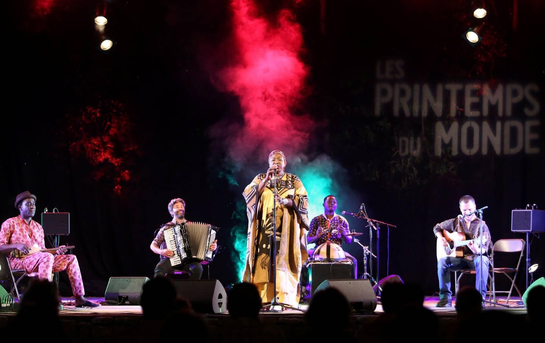 Mah Demba, iconique voix venue du Mali, accompagnée de ses musiciens, a majestueusement clôturé le festival, tout en générosité.