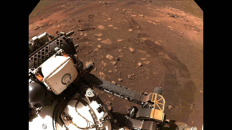 Image fournie par la Nasa le 5 mars 2021 montrant les traces de roues du rover Perseverance qui s'est déplacé de quelques mètres sur Mars