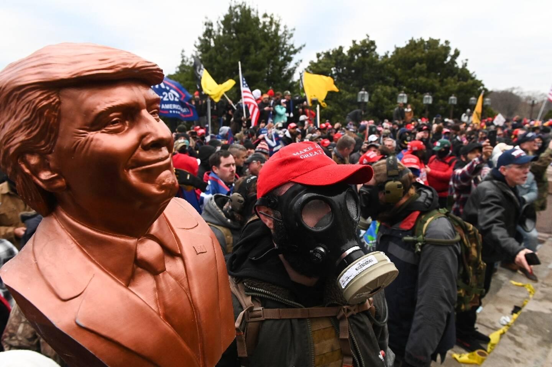 Des partisans de Donald Trump tiennent un buste à son effigie, le 6 janvier 2021, à Washington