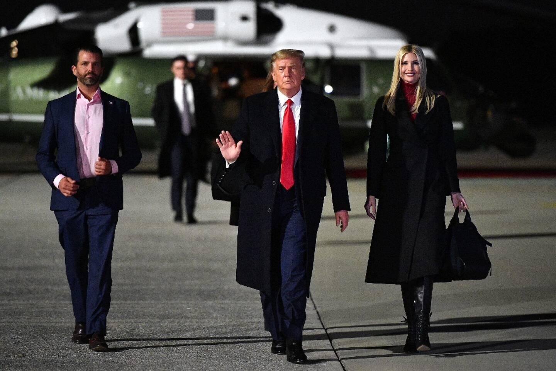 Le président américain Donald Trump (C), sa fille Ivanka Trump (D) et son fils Donald Trump Jr. (G) s'apprêtent à monter à bord d'Air Force One à Marietta dans l'Etat de Géorgie le 4 janvier 2021