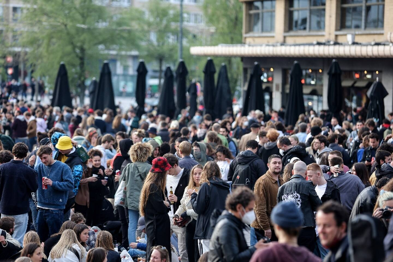Une foule place Flagey, à Bruxlles, en Bélgique, où les autorités ont allégé les restrictions sanitaires contre le Covid-19, le 8 mai 2021