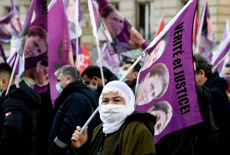 Des milliers de personnes défilent à Paris pour rendre hommage à trois militantes kurdes assassinées en 2013 en plein Paris et réclamer justice dans cette affaire jamais jugée, le 9 janvier 2021