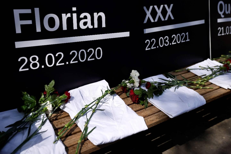 Dépôt de fleurs en hommage à des internes en médecine, le 17 avril 2021 devant le ministère de la Santé à Paris