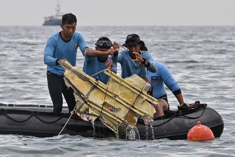 Un débris de l'appareil de la compagnie indonésienne Sriwijaya sorti de l'eau, pendant des opérations de recherches près de l'île de Lancang, le 10 janvier 2021