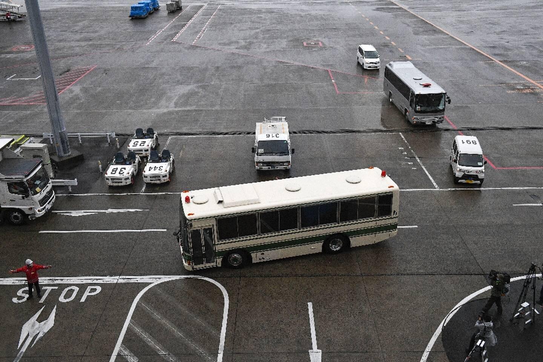 Un bus, qui transporterait les deux Américains accusés d'avoir aidé Carlos Ghosn dans sa fuite, quitte l'aéroport de Narita, le 2 mars 2021 au Japon