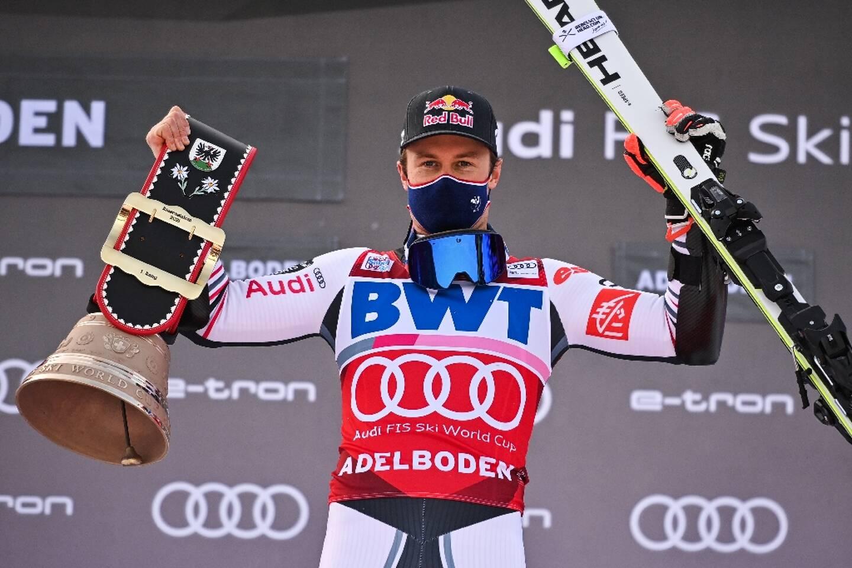 Le Français Alexis Pinturault célèbre sa victoire dans le géant d'Adelboden, comptant pour la Coupe du monde, le 9 janvier 2021