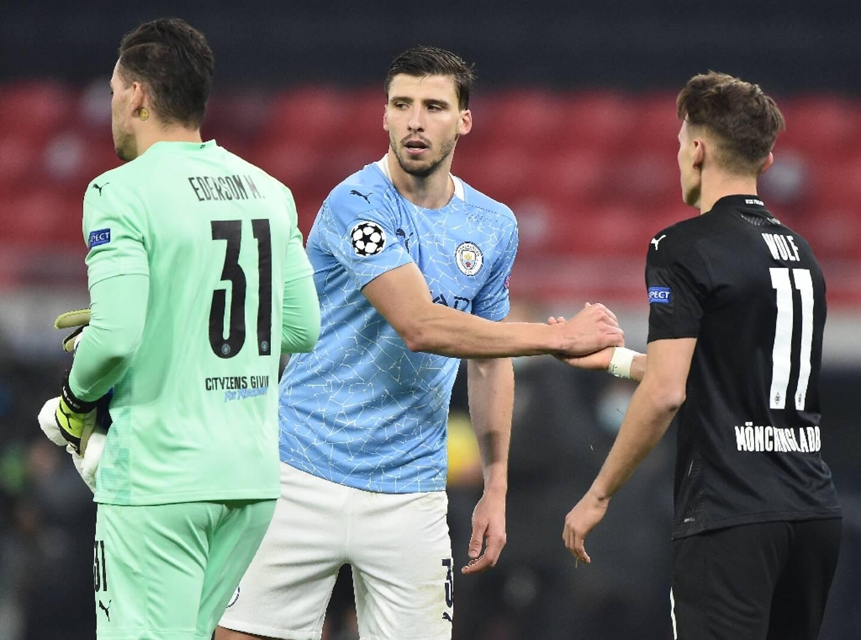 Poignée de mains entre le défenseur de Manchester City Ruben Dias et le milieu de Gladbach Hannes Wolf à l'issue du match de C1 disputé à Bucarest, le 24 février 2021