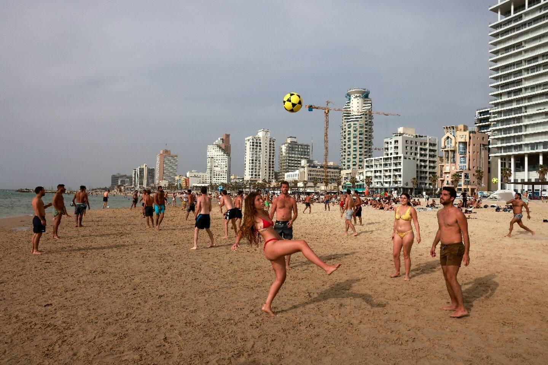 Des Israéliens à la plage, sans masque de protection, le 19 avril 2021 à Tel-Aviv