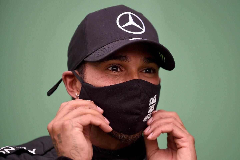 Le champion du monde britannique Lewis Hamilton ajuste son masque à l'issue du GP du Portugal sur l'Autodrome international d'Algarve, le 25 octobre 2020 à Portimao
