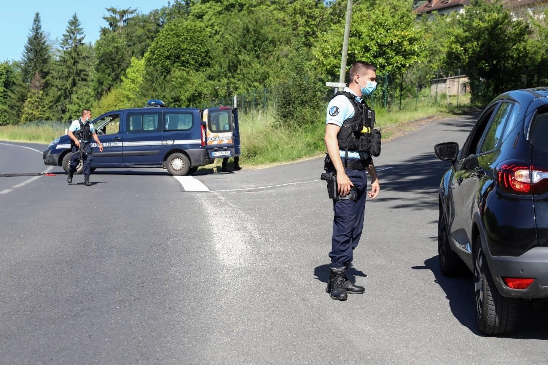 Les gendarmes effectuent des contrôles de véhicules au Lardin-Saint-Lazare, en Dordogne, le 30 mai 2021