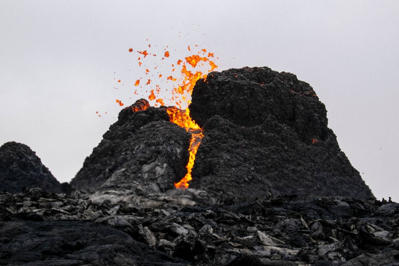 De la lave s'écoule depuis le volcan en éruption Fagradalsfjall à quelque 40 km à l'ouest de Reykjavik, Islande, le 21 mars 2021