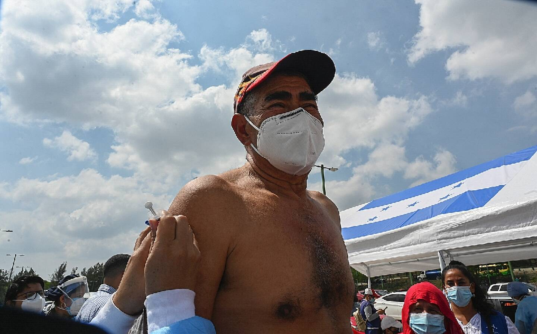 Un homme se fait administrer un vaccin contre le Covid-19 à Tegucigalpa, le 19 mai 2021
