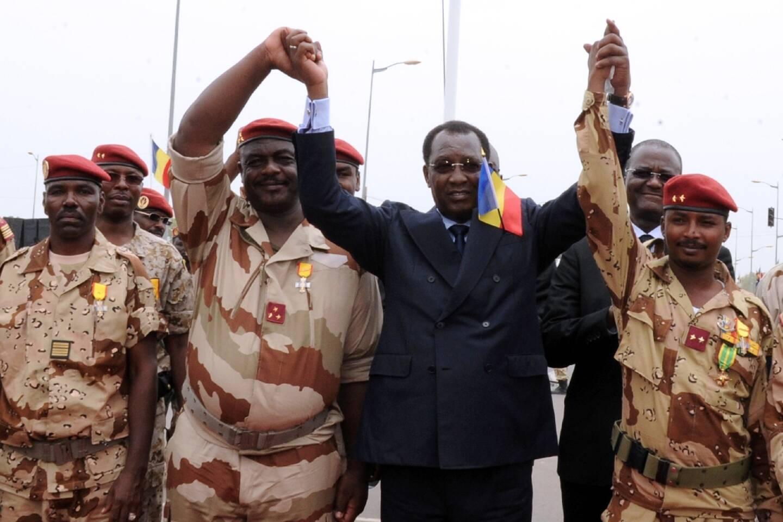 Le président tchadien Idriss Déby Itno (c) entouré de chefs militaires et de son fils Mahamat Idriss Déby (d) lors d'une cérémonie à N'Djamena, le 13 mai 2013