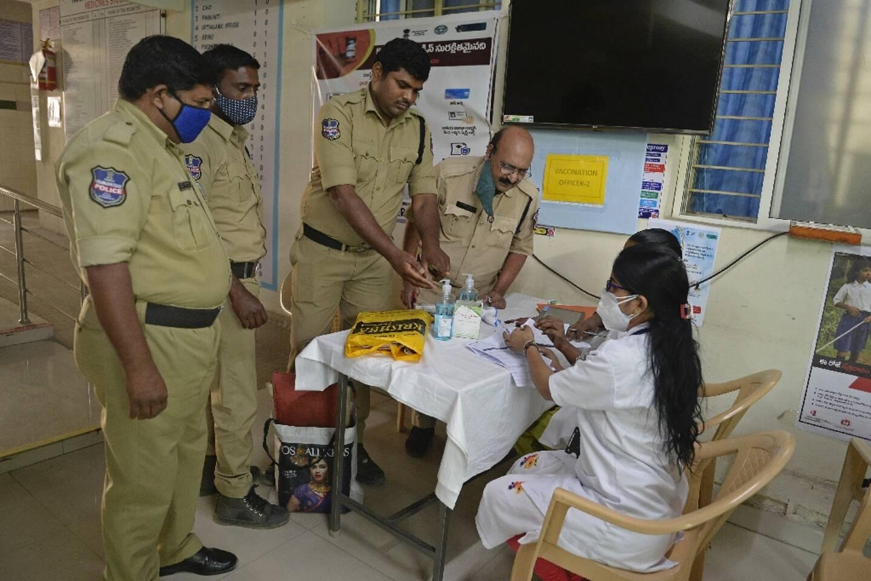 Des policiers s'apprêtent à se faire vacciner contre le Covid-19, à Hyderabad, en Inde, le 6 février 2021