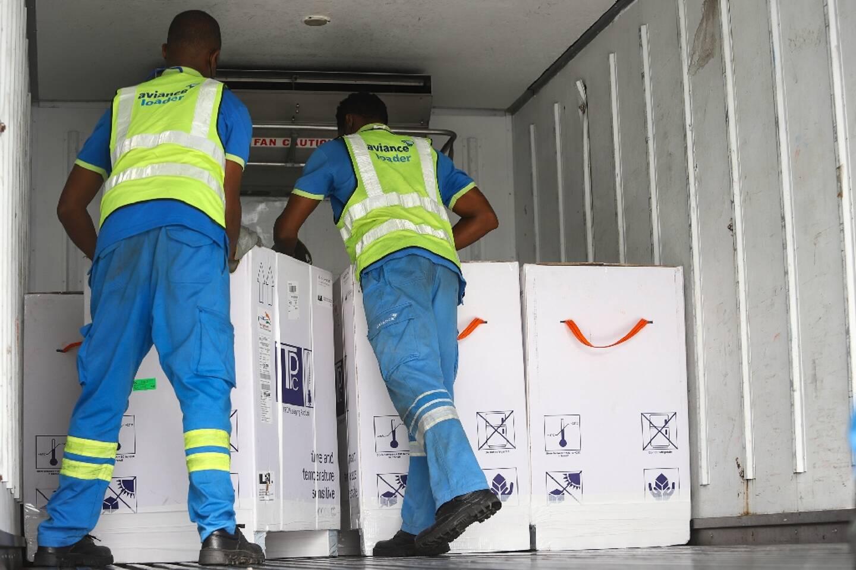 Déchargement d'une cargaison de vaccins contre le Covid-19 à l'aéroport d'Accra, le 24 février 2021
