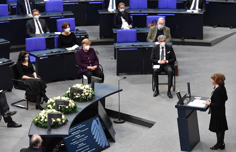 (Au premier rang, de gauche à droite) La politicienne juive allemande Marina Weisband, la chancelière allemande Angela Merkel et le président de la Cour constitutionnelle fédérale allemande Stephan Harbarth écoutent Charlotte Knobloch (à droite), vice-présidente du Congrès juif européen et du Congrès juif mondial, lors d'une cérémonie marquant le 76e anniversaire de la libération du camp d'Auschwitz de l'Allemagne nazie, le 27 janvier 2021à Berlin.