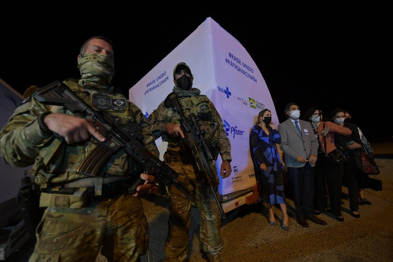 Des millitaires protègent un conteneur rempli d'un million de doses du vaccin anti-Covid Pfizer-BioNTech à l'aéroport Viracopos  à Campinas, à 100 km de Sao Paulo, Brésil, le 29 avril 2021
