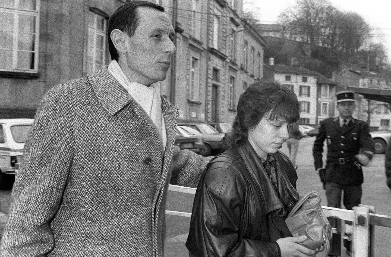 Christine Villemin (D), accompagnée de son avocat Maître Thierry Moser, arrive au tribunal d'Epinal, le 19 décembre 1985