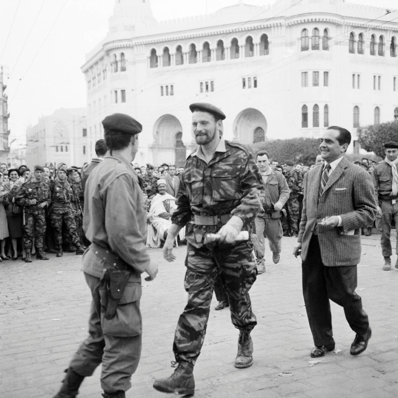 """Pierre Lagaillarde (C), élu député d'Alger-ville sur la liste """"Algérie française"""" en 1958, pendant """"la semaine des barricades"""" en janvier 1960 où il prit la tête du mouvement insurrectionnel"""