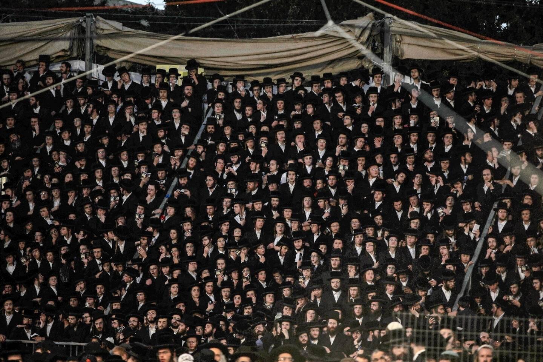 Une foule de juifs ultra-orthodoxes en pèlerinage au mont Meron dans le nord d'Israël, le 29 avril 2021