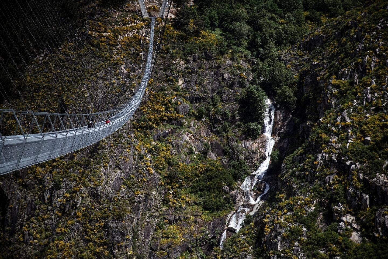Vue aérienne du pont pédestre le plus long du monde (516 m), 175 m au-dessus de la rivière Paiva, à Arouca, dans le nord du Portugal, le 29 avril 2021