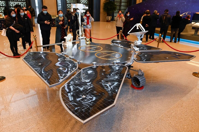 Une réplique de l'atterrisseur Tianwen-1est exposée au Musée National de Chine à Pékin le 4 mars 2021
