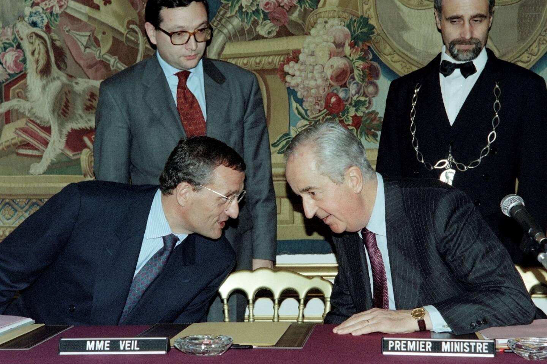 L'ex-Premier ministre Edouard Balladur et son ministre de la Défense François Léotard, le 15 novembre 1994, à Paris