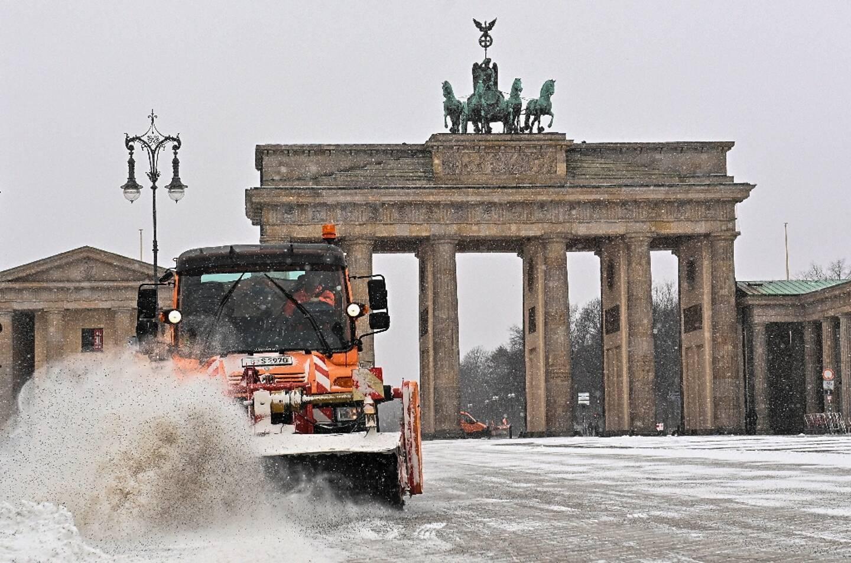 Nettoyage de la neige devant la porte de Brandebourg à Berlin (Allemagne), le 7 février 2021.