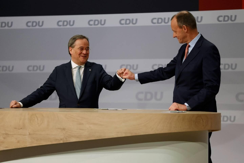 Le modéré Armin Laschet (G), élu président du parti conservateur allemand (CDU), félicité par Friedrich Merz (D), qu'il a devancé au second tour d'un scrutin interne, le 16 janvier 2021à Berlin