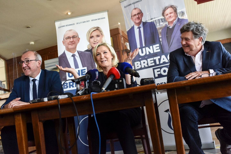 La présidente du RN Marine Le Pen le 6 mai 2021 à La Trinité-sur-Mer avec à ses côtés les candidats du RN Gilles Pennelle (G) et Florent De Kersauson (D)