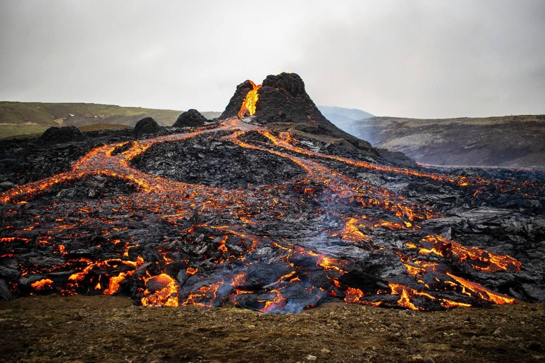 La lave coule le long du volcan en éruption Fagradalsfjall, à quelque 40 km à l'ouest de Reykjavik, Islande, le 21 mars 2021