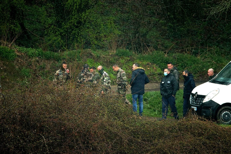 Gendarmes et enquêteurs dans la forêt de Issancourt-et-Rumel (nord-est), le 10 avril 2021 à la recherche du corps de Estelle Mouzin