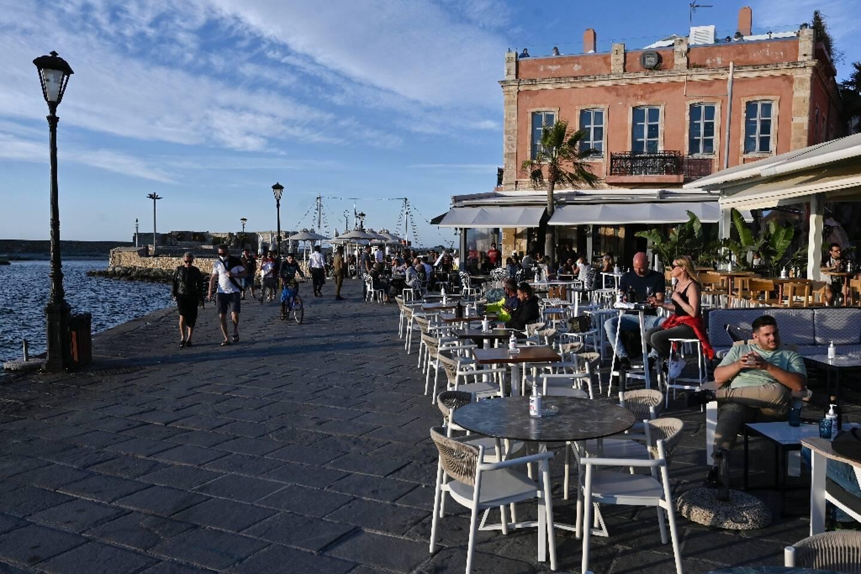 Des habitants et des touristes profitent des terrasses dans la vieille ville de La Canée, dans le nord-ouest de la Crète, le 13 mai 2021