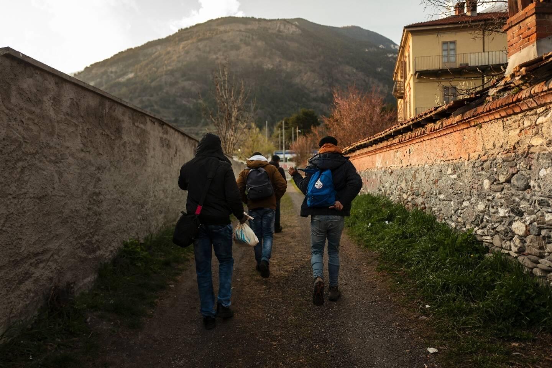 Des migrants à Oulx dans les Alpes italiennes, le 22 avril 2021