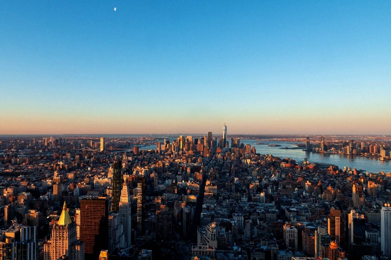 photo montrant le bas de Manhattan au lever du soleil, prise le 3 avril 2021 depuis le 86ème étage de l'Empire State Building