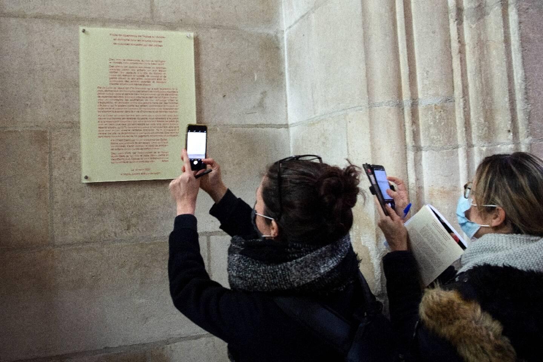 """Une plaque pour """"faire mémoire"""" aux enfants victimes de violences sexuelles de la part de prêtres dévoilée dans la cathédrale de Luçon, en Vendée, le 14 mars 2021"""