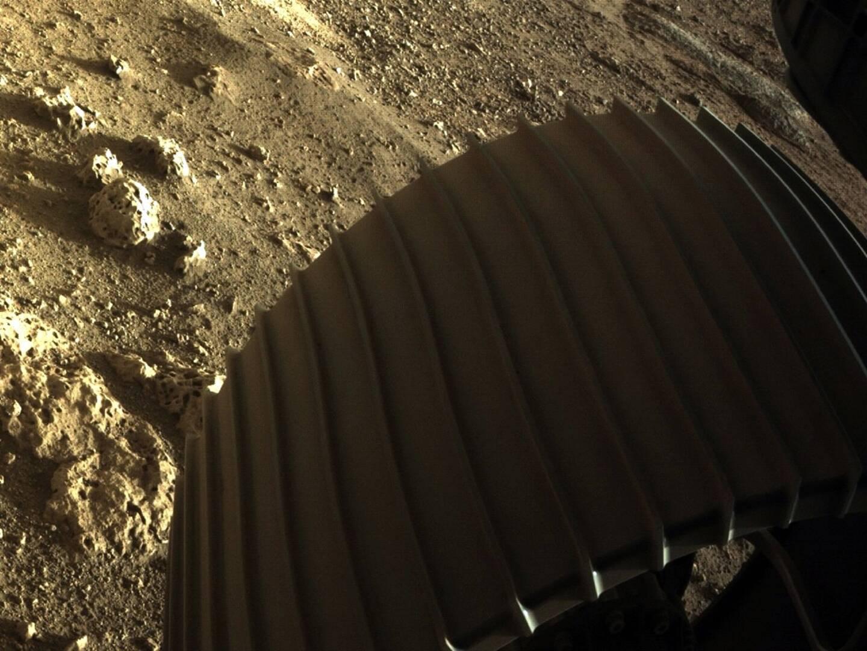 Image diffusée par la Nasa le 19 février 2021 montrant une des roues du rover Perseverance à la surface de Mars après son atterrissage